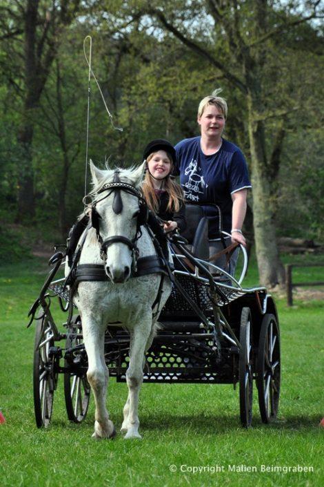 Natascha Ehlers und Monika Brandt mit der Motte vor dem Wagen